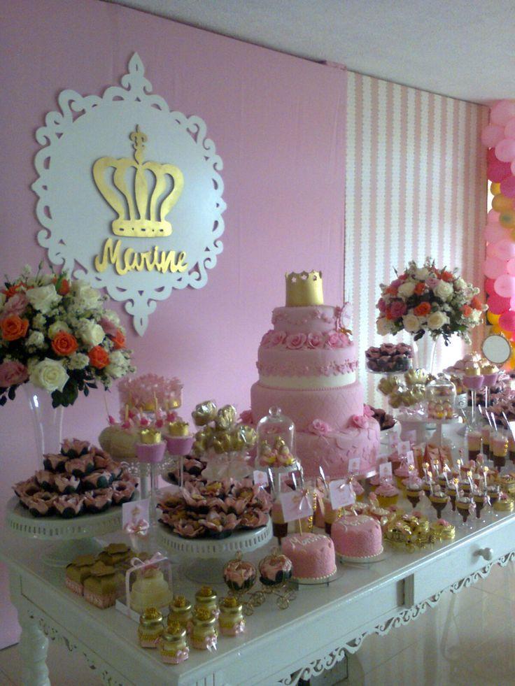 A Festa da princesinha Marine elegeu dois tons de rosa e dourado, um rosa mais forte nos arranjos fez um link com os ba...