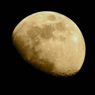 Вращение Луны вокруг своей оси длится столько же, сколько длится период обращения на орбите вокруг центрального тела - планеты (Земли). Сколько Спутников в Солнечной системе ведет себя аналогично? большинство.