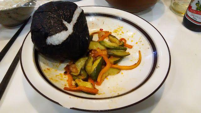 不味そう飯: 豪快なパルケの巨大おにぎりと昨日の炒め物の残り。ワイルドな雰囲気である。ネアンデルタール人なら好きだ...