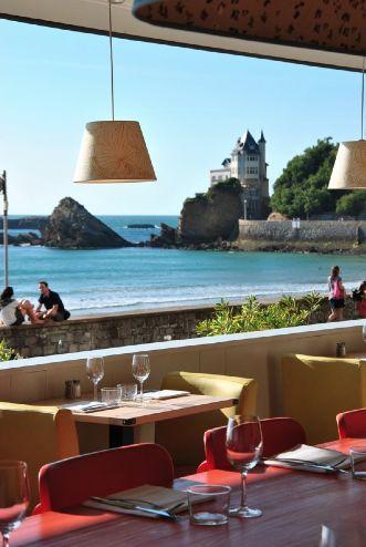 Le Surfing à #Biarritz face au spot de la Côte des Basques. Dans la sélection Kinda Break des meilleurs restaurants vue mer de la Côte Basque. Plus d'infos ici :http://kindabreak.com/restaurant-vue-mer-biarritz-bidart/