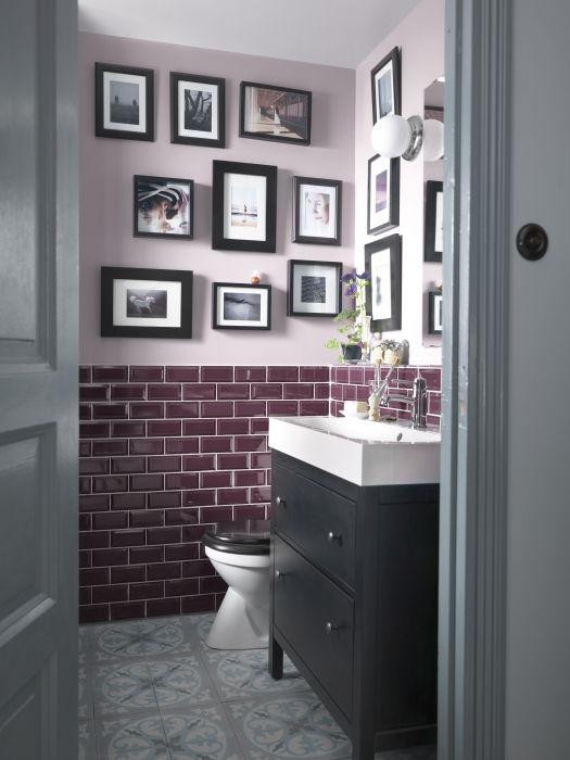 Pour un décor homogène qui fait bonne impression dans la salle de bain, pensez à agencer cadres et armoires.