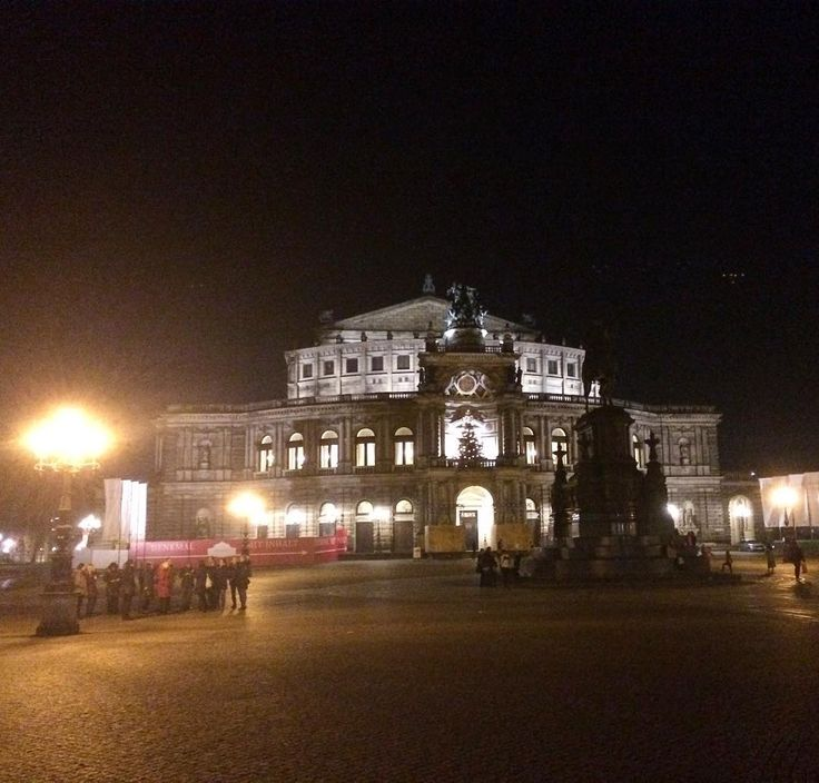 What a fascinating nocturnal atmosphere in the beautiful city of Dresden - here in front of the Semperoper. #semperoper #opera #oper #dresden #sachsen #saxonia #nightout #night