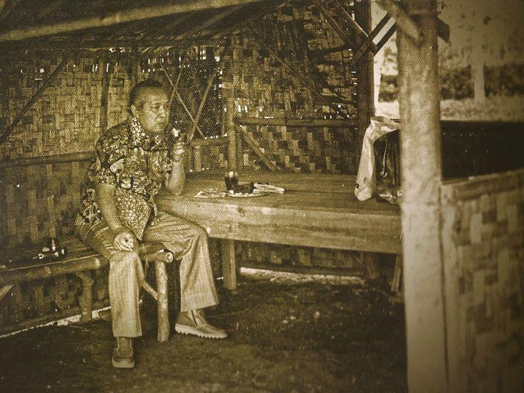 Presiden ke 2 Indonesia, Soeharto sedang makan di sebuah gubuk