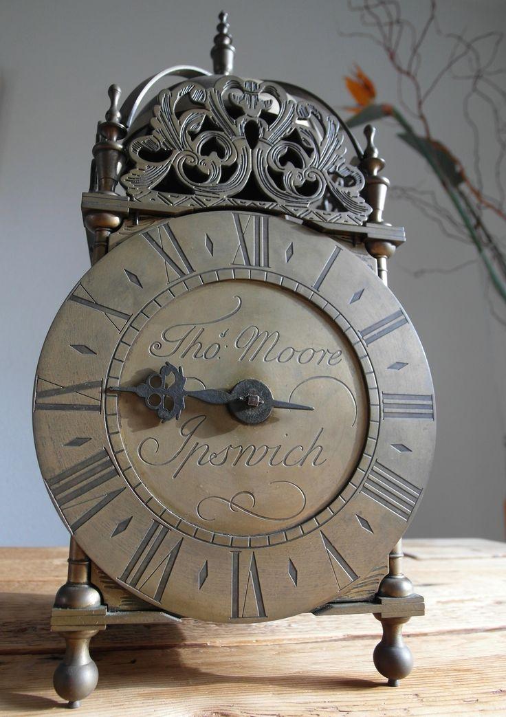 #SOLD #VERKOCHT Thomas Moore Ipswich - koperen lantaarnklok - Periode 1960  Koperen Engelse lantaarnklok, ontwerp Thomas Moore naar een model uit de 18e eeuw (waarschijnlijk uit omstreeks 1960) De klok heeft een mechanisch uurwerk met 1 wijzer en heeft een lange slinger en een grote gietijzeren gewicht.  De 2 deuren links en rechts zijn los hangend en kunnen makkelijk worden verwijdert.   Conditie: in goede staat en werkende  replica nummer 15268 Verzendkosten zijn voor de koper
