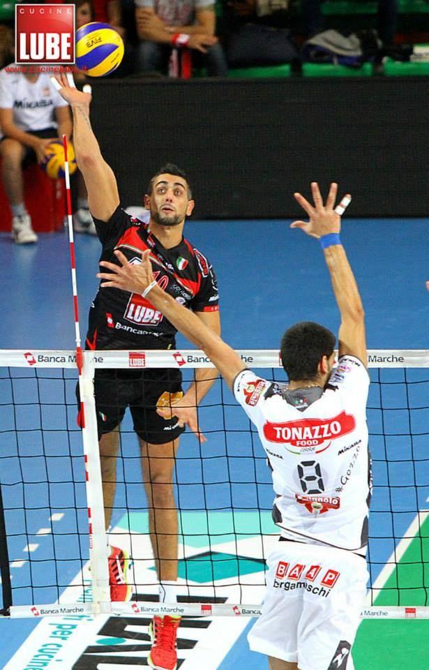 Giulio Sabbi schiaccia con la maglia della Volley Lube.