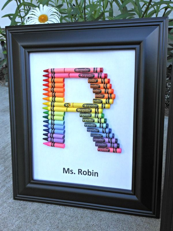 This crayon monogram work perfect as a homemade teacher gift to show just how much we love our teachers! Let me show you how to make a crayon monogram...