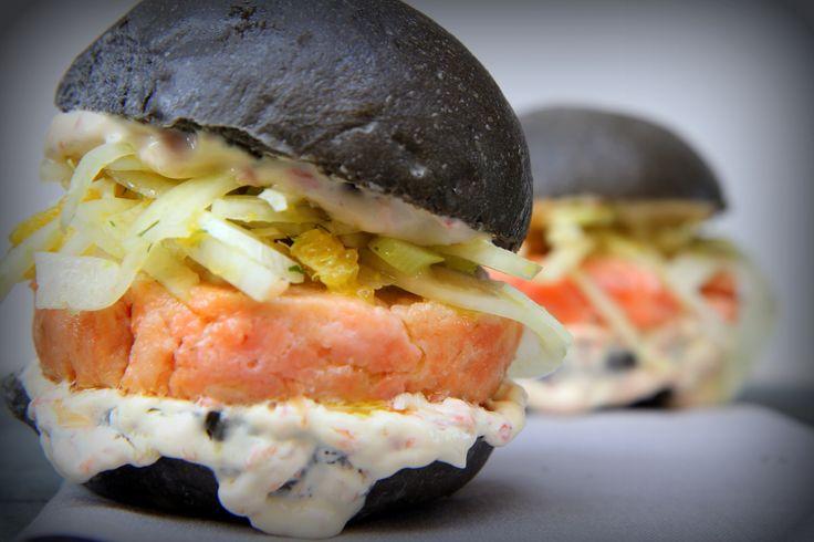 DETOX: hamburger di gennaio 2016 con pane al nero di seppia, salmone, finocchio, aneto e maionese agli agrumi.