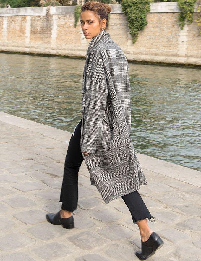 Oui au manteau 3/4 permettant d'oser le gimmick de la cheville nue en plein mois de novembre ! (photo Thepetticoat)