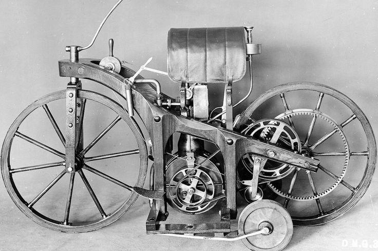 Samstag ist der Jahrestag des ersten Motorrads. Am 29. August 1885 meldete Gottlieb Daimler auf seinen Reitwagen das Patent an. Im gleichen Jahr präsentierte er zusammen mit Wilhelm Maybach das erste Zweirad der Welt mit einem schnell laufenden Benzinmotor der Öffentlichkeit. Auch wenn das motorisierte Gefährt zusätzlich über zwei Stützräder verfügte, gilt es heute als das erste Motorrad der Welt  Das Namensrecht für den Begriff Motorrad sicherte sich allerdings 1894 die Firma Hildebrand…