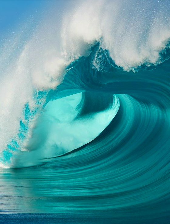 The shape and color of this wave is simple breathtaking!