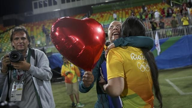 Olympics Rio 2016: Touching moment as rugby player is surprised with marriage proposal - Rio 2016 - Rugby 7 - Eurosport
