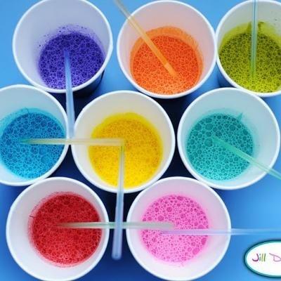 Peinture à bulles : mélangez eau, peinture et liquide vaisselle. Soufflez avec une paille et déposez les bulles sur un papier pour de jolis ronds texturés de bulles :)