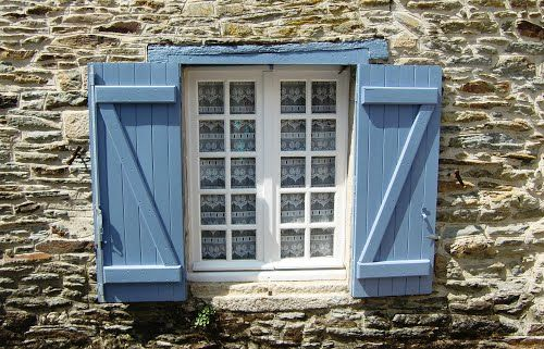 Venster met blauwe luiken, Josselin, Bretagne  (Trudi)