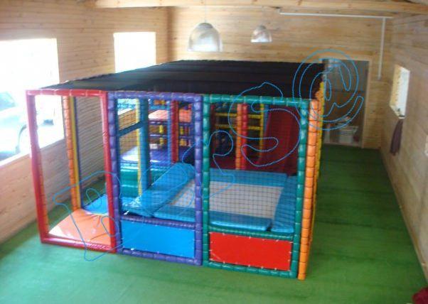 """Trambolinli Oyun Sistemi -1"""" Üretim Yeri : Türkiye de üretilmektedir. Ebat : 6,22 x 3,44 x 2,1mH Uygunluk : Anaokulları, Restaurant, Çocuk Cafe, Poliklinikler, Parti Evleri, Hastane, Oteller, AVM'ler için uygundur. Uygulama tipi : 20 gün içesinde teslim Özellikleri : İç Mekanda kullanılabilir. Sistemin iç zemini tamamen sünger kaplı olup çocuk sistemin içinde sadece süngere basar. Sistemi oluşturan panelleri çevreleyen ağlar, alev yürümezdir. Sistemde 2000 adet renkli havuz topu…"""