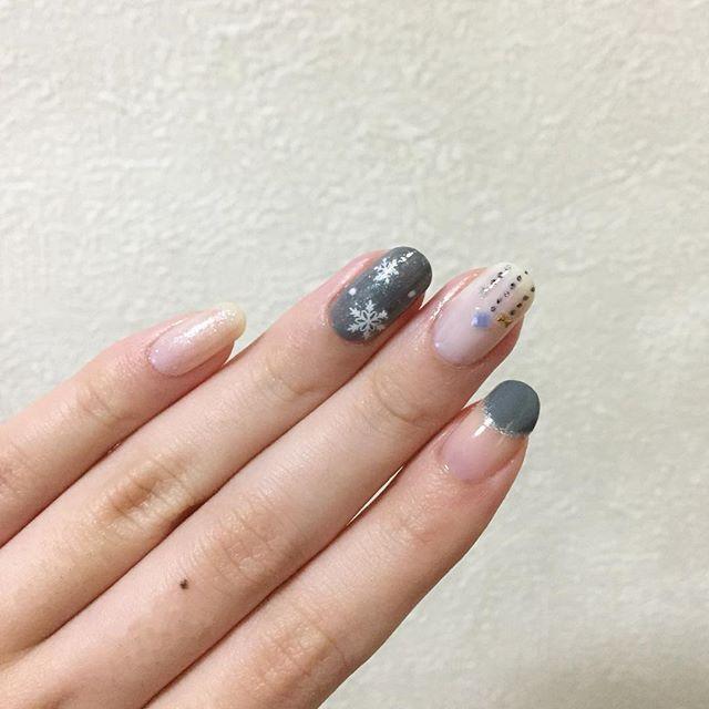 雪の結晶ネイル❄️ 中指はネイビーで点を描いたら浮いてたので、上からシルバーを乗せてごまかし… 薬指は人差し指と小指に使ってる2つのポリをスポンジでぽんぽんしているので、キラキラしています✧✦ . . #NAILHOLIC #GY016 #BL905 #Ducato #コンデンスミルク #CANMAKE #アンティークホワイト #MAQuillAGE #WT931 #93 . . #ネイルホリック #デュカート #キャンメイク #マキアージュ #ダイソー #セリア #ネイルシール #セルフネイル #セルフネイル部 #ネイルサークル #ネイル #プチプラネイル #マニキュア #ポリッシュ #雪の結晶ネイル #クリスマスネイル #冬ネイル #ベタ塗り