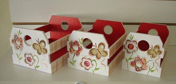 tres caixinhas em tres tamanhos pintados a mão faço em outros  temas e cores maior  21x16x13 medio 18x14x12,5 pequeno 15x12x12,5 R$ 90,00