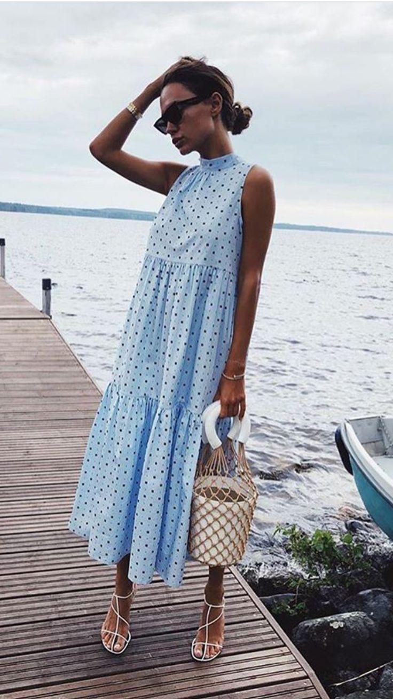 Sommer Outfit Inspiration: blaues lockeres Maxikleid mit Sandalen und Sonnebrill…