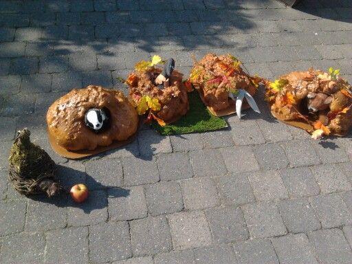 Verteltafel: met pu schuim over plastieken potten en bespoten met bruine verf... afwerken met herfstblaadjes en nootjes