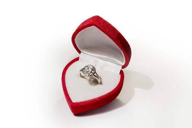 Zaręczyny – jak to zrobić? #zareczyny #PierscionekZareczynowy Zaręczyny powinny odbyć się przed ślubem. Przyjęte jest, że to mężczyzna oświadcza się kobiecie i wręcza jej pierścionek. Od tej reguły występują jednak odstępstwa. W dzisiejszych czasach to kobiety decydują się na pierwszy krok i oświadczają swoim partnerom. Dla niektórych to dziwne i niezrozumiałe zachowanie. Nie ma jednak w tym nic niestosownego. W końcu każdy ma prawo do decydowania o własnym życiu.