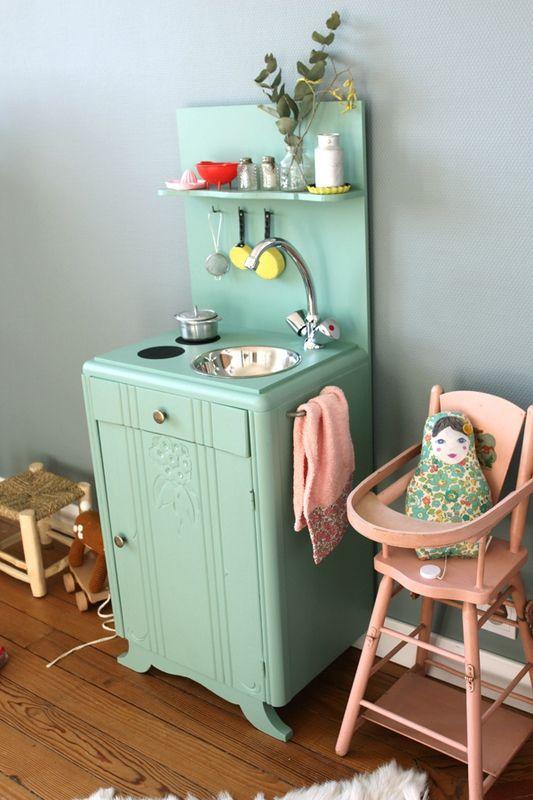 vieille table de nuit recyclée en charmante cuisinière pour enfant. Création Barnabé aime le café