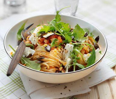Vegetarisk pasta arrabbiata som blandas med med röda linser. Arrabbiatan fräses med lök, olivolja och persilja för att bringa fram de fina smakerna som sedan blandas med pastan och linserna. Rätten toppas med krämig mozzarella, krispiga pumpafrön och en rivig ruccola vid sidan.