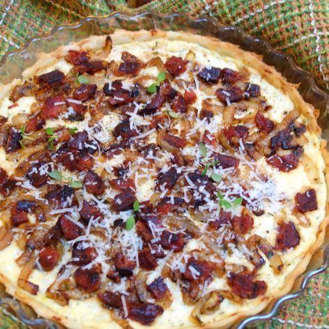 Tag en tærtedej, bløde løg, stegt bacon og lidt italiensk ost og bland. I løbet af ingen tid har man en af de bedste tærter, jeg nogensinde har smagt.