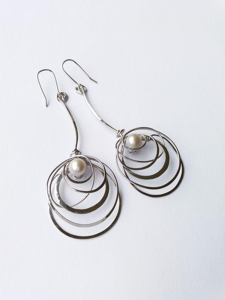 """Náušnice""""Ztraceno+v+mléčné+dráze""""+exkluzivní+perly+Autorský+šperk.+Originál,+který+existuje+pouze+vjednom+jediném+exempláři.Vynikají+lehkostí,+precizním+provedením,+elegancí+čisté+linie,+nadčasovým+designem+a+krásou+nevšedních+pravých+perel.+Náušnice+jsou+celé+vyrobeny+ručně.+Tepané,+ohýbané,+tvarované+z+chirurgických+drátů.+Pečlivě+natvarované..."""