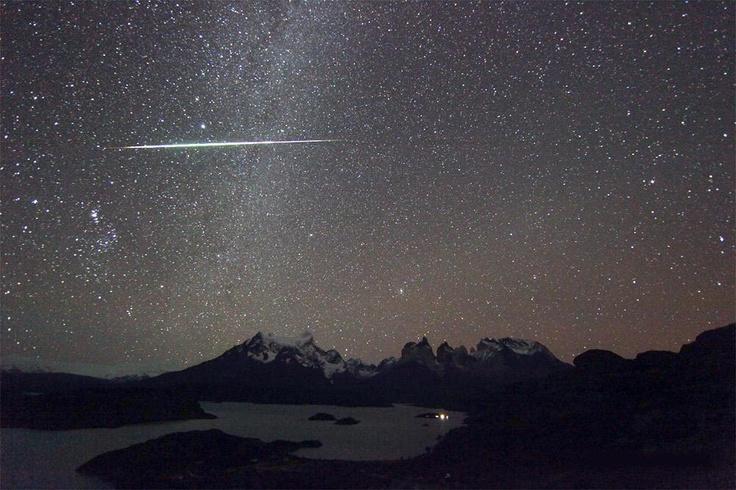 Imagen de una estrella fugaz (meteoro) captada en las Torres del Paine, Región de Magallanes, Chile. Foto: Stefan Guisardi