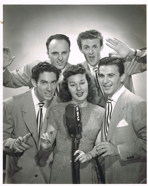 The Starlighters- Pauline Byrns (1917 - 18 september 1990) was een Amerikaanse zangeres die met succes optrad in het swing tijdperk van de late jaren 1930 en 1940, met name met Artie Shaw en de vocale groepen Zes hits en een Miss en The Starlighters . Op de foto: Vince Deagan, Jerry Duan, Howard Hudson, Pauline Byrns, Tony Paris. Afmetingen: 20 br x 25 hg. foto : jaren 40 Byrne  werd beschreven door de tijdschrift Records  als een van de mooiste vocalisten voor het uitvoeren van gewaxt jazz.