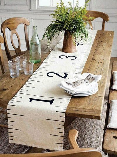 Une salle à manger agrémentée d'un chemin de table original