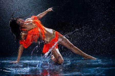 21934224-kobieta,-taniec-w-deszczu-w-pomarańczowej-sukni-studio.jpg 450×299 pixels