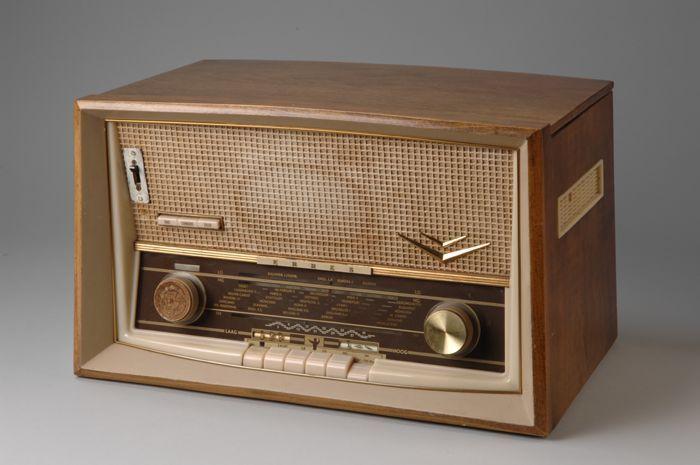 Erres radio in kast van houtfineer. CC-BY Museum Rotterdam