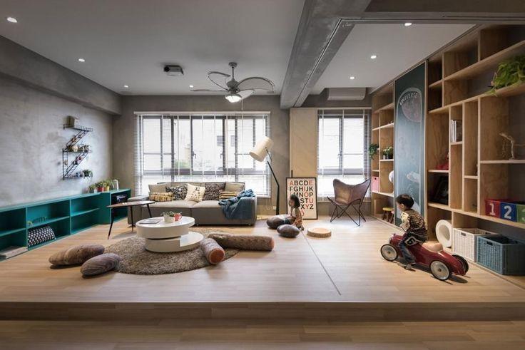 A misura di bambino. Lo spazio della sala può essere aperto o separato grazie ai pannelli mobili in legno.