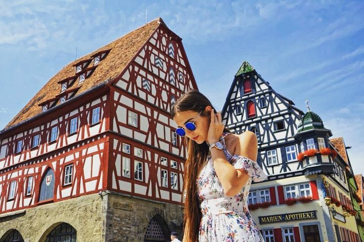 Na blogu do przeczytania o kolejnej bawarskiej perełce - mieście o wdzięcznej nazwie Rothenburg ob der Tauber.  - Wiąże się z nim pewna bardzo ciekawa historia. Jest bowiem jedynym miasteczkiem na świecie które wciąż istnieje dzięki... dzbanowi wina!  - Uwaga! Tekst pisany w połowie w trasie a w połowie... po weselu więc jak się domyślacie - łatwo nie było.  Mimo to obiecujemy że się Wam spodoba. Dziś po polsku a jutro wersja śląska.  - #belekaj #godej #rajza #podróż #rothenburg…
