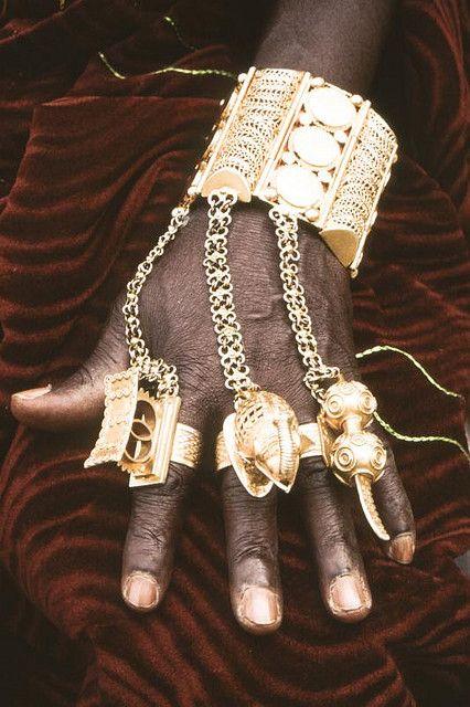 Roi de Bonoua. Bijoux de main. Côte d'Ivoire. - Africa | Details of the jewellery worn on the hand of King Bonoua, Ivory Coast.