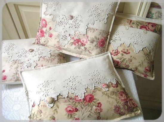Travesseiros com tecido estampado e linho bordado.