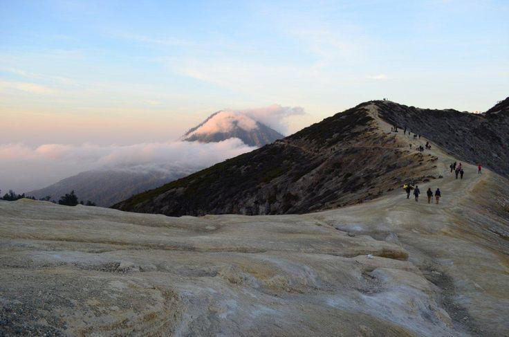 Kawah Ijen yang berketinggian 2799 mdpl punya pemandangan sangat mempesona. Daya tarik utama adalah Blue Fire yang bisa dilihat pada malam hari, sehingga pendakian malam hari ditengah suhu dingin 2 derajad celcius harus dilakukan.