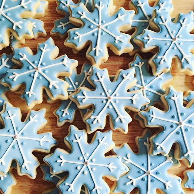 We're supposed to get lots of snow here on the east coast this weekend... Blizzard advisory starts today ❄️ Orders will be delayed!! ❌ How will you spend the weekend if you get snowed in?  @angieqs_sweets [Elegant Snowflake Cookie Cutter] #cookiecutterkingdom