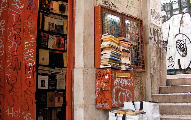 Lá porque é a mais pequena livraria do mundo, não significa que não caiba aqui muita sabedoria. São quase 4 metros quadrados onde moram cerca de 4.000 livros usados.