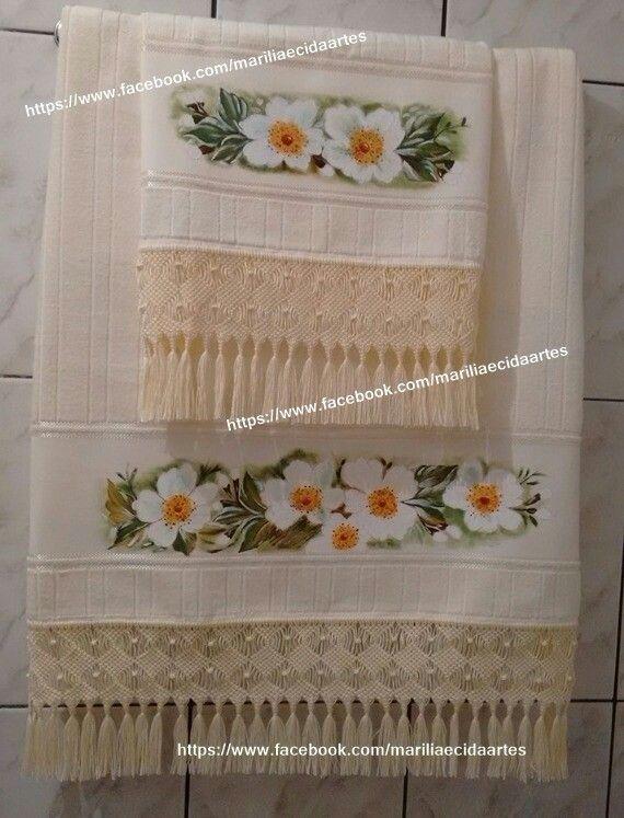 Jogo de toalhas com acabamento em macrame.
