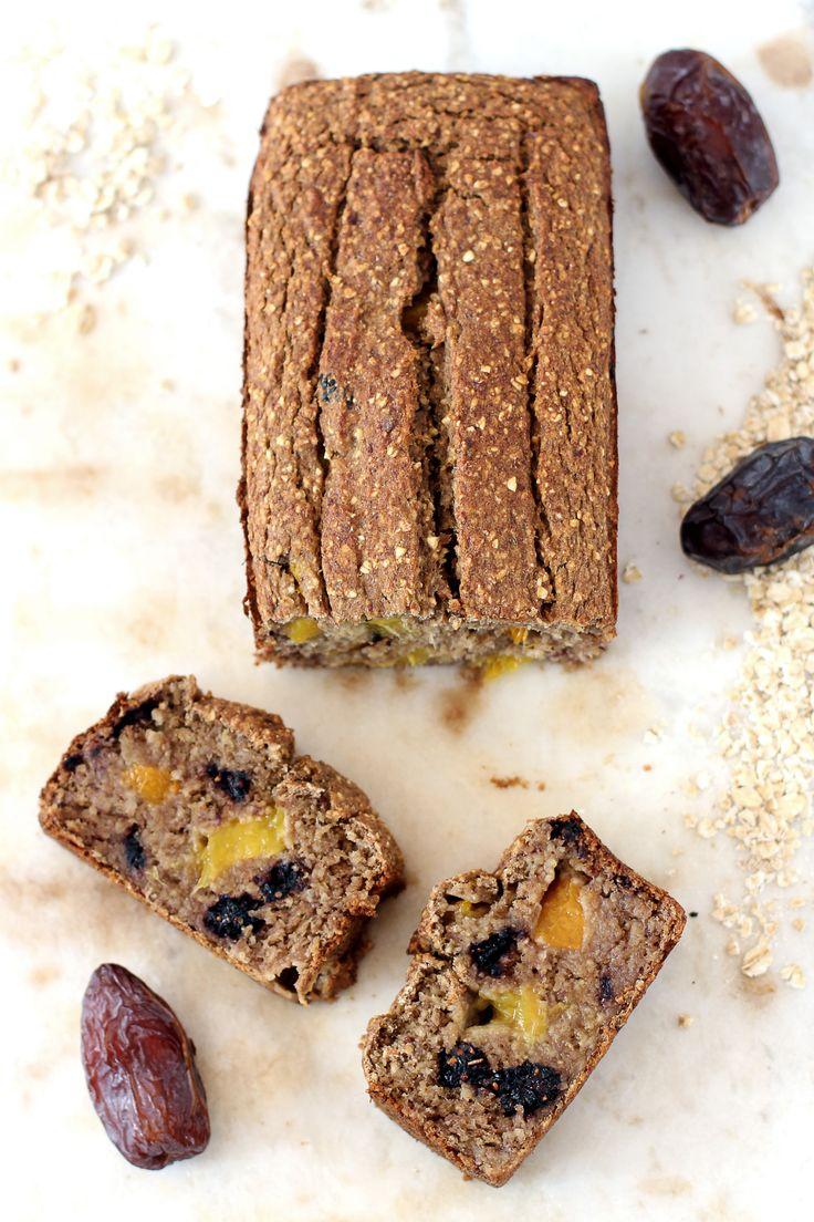 Glutenvrij, olievrij, suikervrij & vegan bananenbrood met stukjes mango & moerbeien. Lekker als ontbijt of snack! Je kunt het brood invriezen in plakjes.