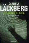 """""""Stenhuggeren"""" af Camilla Läckberg. 3. bind i serien om Erica Falk (og Patrick Hedström) der vanen tro skal opklare mord i Fjällbacka.  Denne gang er det liget af 7-årige Sara der sætter historien i gang. Hvis Sara er død ved en drukneulykke, hvorfor er der så kvælningsmærker på halsen og rester af sæbevand i lungerne?"""
