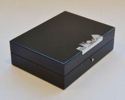 COFANETTO per GEMELLI, ANELLI, ORECCHINI Laccato nero con inserto in argento,chiusura a bottone, interno rivestito in tessuto  Dimensioni; cm. 20 x 15 x 6