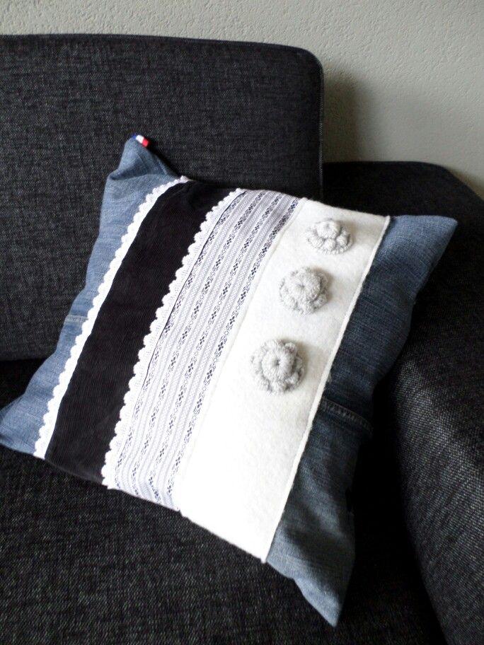 http://gabrielle-art.nl/zeeuwse-knipoog.html Zeeuwse gehaakte knoop op kussen, pillow