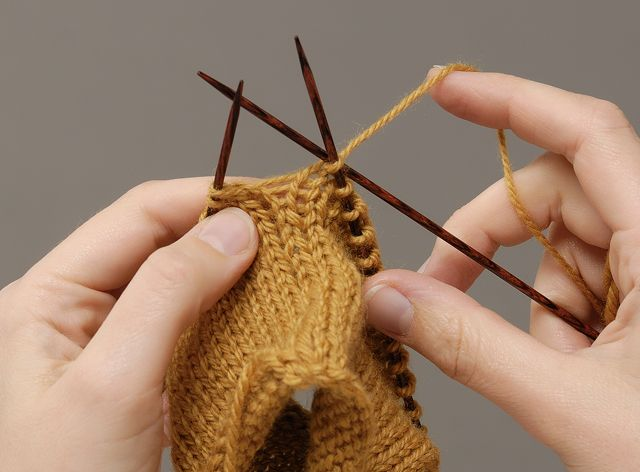 Advanced knitting in the round techniques: how to avoid laddering by shifting stitches