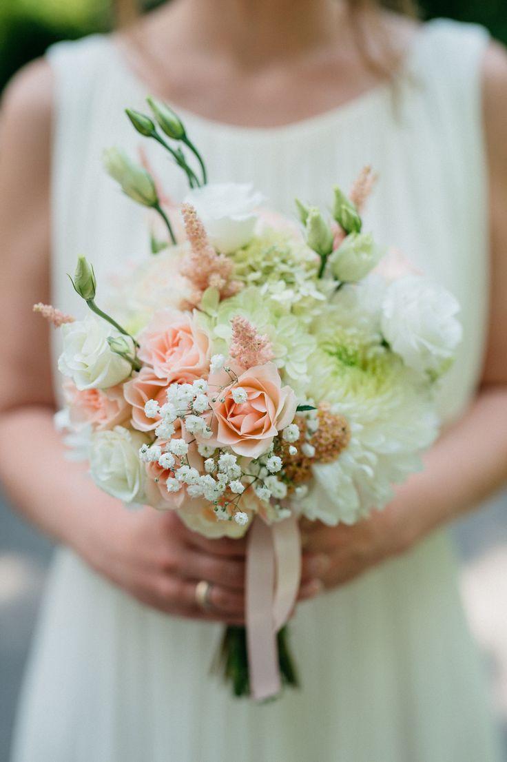 Brautstrauß mit Schleierkraut, Astilben, Lisianthus in Creme und Apricot * Hochzeit * mooi decoration