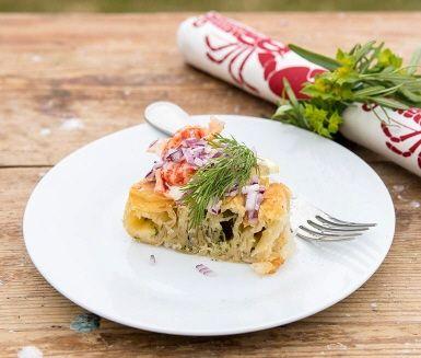 Om du gillar krispig filodeg och krämig spenat med Västerbottenost kommer du att älska vårt recept på burek! Burek är en pajliknande rätt som är populär i vissa länder vid Medelhavet. Pajen kan serveras som varmrätt eller som läckert tillbehör - till exempel på buffén eller kräftskivan. Burek finns i många varianter och kan också kallas bland annat byrek, borek eller börek.