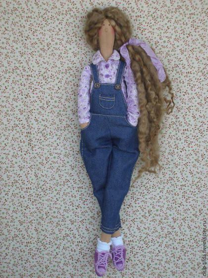 Купить или заказать Копия работы Кукла тильда в сиреневых тонах в интернет-магазине на Ярмарке Мастеров. Выполнена на заказ. Милая и веселая кукла Тильда в сиреневых тонах. Куколка одета в Джинсовый комбинезон, хлопковую рубашку, вязаный жакетик и кеды. Волосы натуральные овечьи кудряшки.