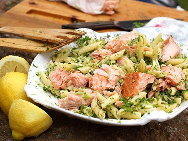 Ljummen pastasallad med riven broccoli och rökt lax