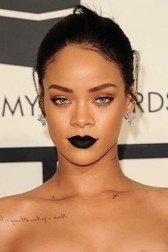 Vestito nero e oro trucco lip